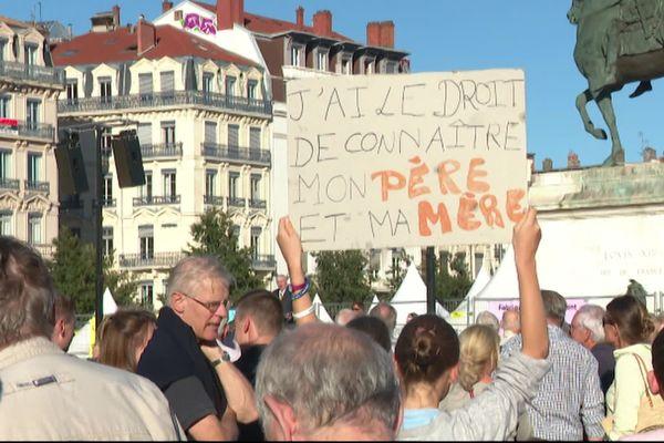 """Près de 400 opposants à l'extension de la PMA ont répondu à l'appel de l'association """"Cosette et Gavroche""""."""
