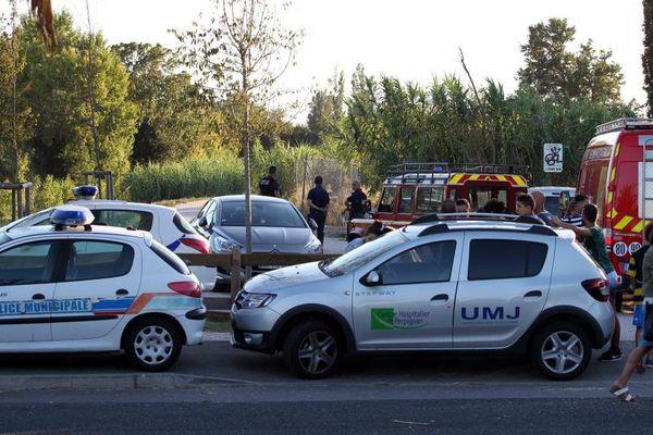Les forces de police et les secours ont été déployés aux abords du parc Maillol à Perpignan dans les Pyrénées-Orientales, après la découverte du corps d'une jeune femme égorgée - 25 août 2015