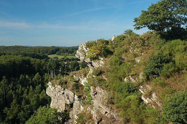 Un ciel très clair ce samedi matin sur la Roche d'Oëtre, qui culmine à 118 mètres au-dessus de la Suisse normande.