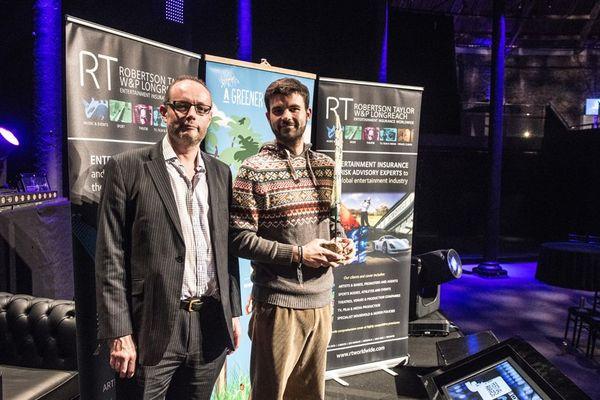 """Gautier Lekens reçoit au nom du festival du Cabaret Vert le prix """"A Greener Festival"""" à Londres."""