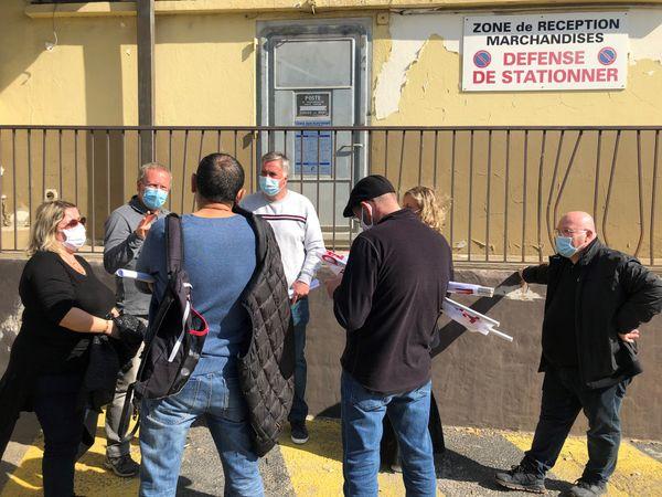 Les employés du géant Casino de Toga autour de Raoul Linale, leur délégué STC (pull blanc).