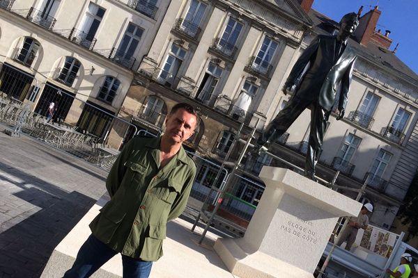 L'artiste Philippe Ramette et son ''éloge du pas de côté''