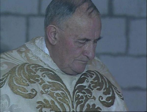 Max Bougon officiant lors d'une messe à Saint-Quentin-la-Motte-Croix-au-Bailly (Somme), en 1986.