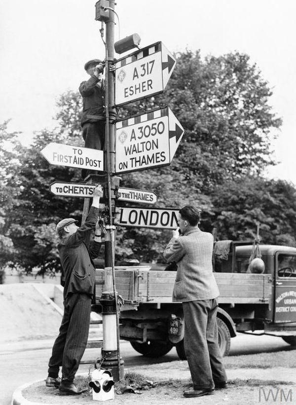 Des Home Guards démontant des panneaux de direction, près de Londres, en cas d'un éventuel débarquement des troupes allemandes (photo non datée).