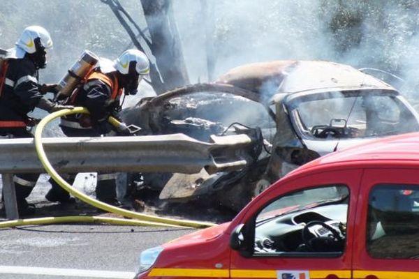 La voiture a pris feu après avoir heurté la glissière de sécurité sur l'A.61 avant Narbonne. 18 septembre 2015.