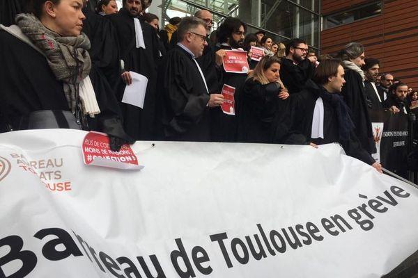 Les avocats du barreau de Toulouse manifestent contre le projet de réforme des retraites sur les marches du TGI.