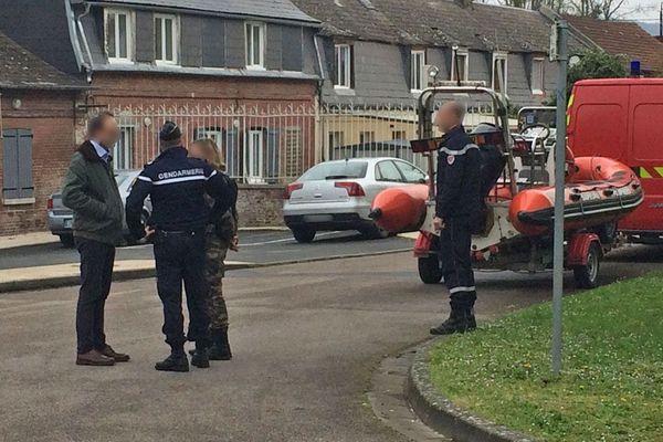 Les gendarmes mobilisés à Romilly-sur-Andelle devant la maison familiale de Léo, 3 ans (15 avril 2018)