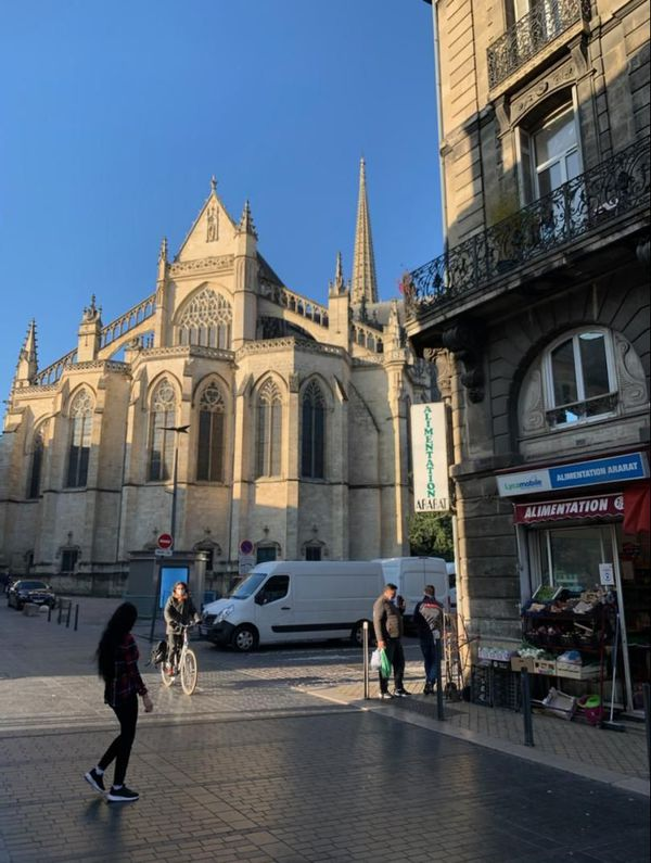 Le bas de la place Saint-Michel où la police effectue des rondes plusieurs fois par jour.