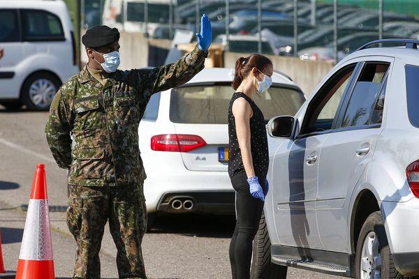 L'armée est chargée de distribuer les masques aux entreprises qui les remettront ensuite à leurs salariés. Le point de collecte est situé à l'aéroport du Findel.