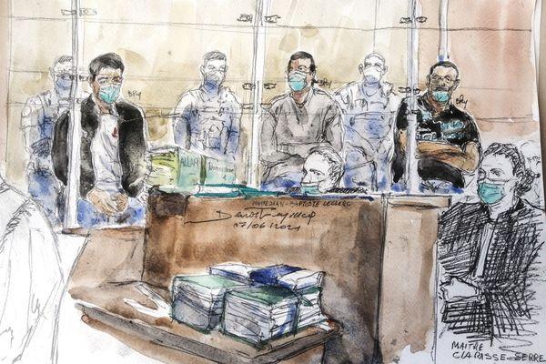 Croquis d'audience de Nourredine Allam (g), l'un des quatre accusés, et de son avocate Clarisse Serre (d) au premier jour du procès de l'assassinat du policier Xavier Jugelé en 2017, le 7 juin 2021 à la cour d'assise spéciale de Paris.