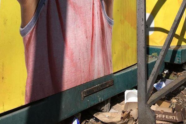Déchets ménagers tombés das bacs à ordures dans l'Hérault.