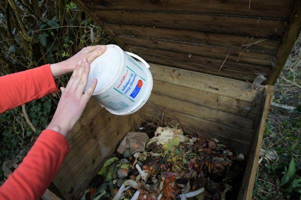 Composter les déchets alimentaires pour fertiliser son jardin et ne pas remplir la poubelle.