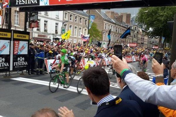 André Greipel franchit la ligne d'arrivée à Amiens lors de la cinquième étape du Tour de France 2015. (Juliette Harau / France 3 Picardie)