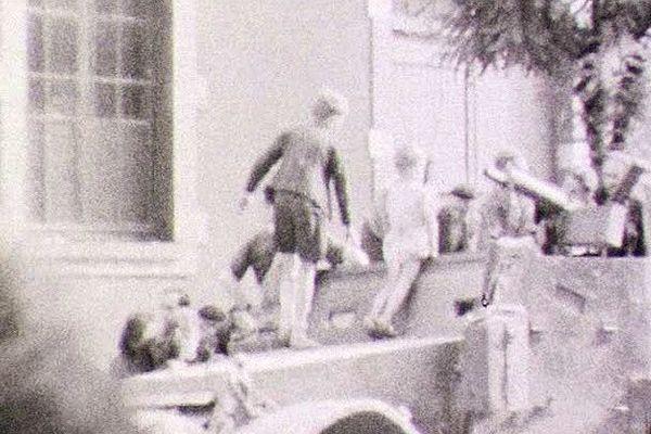 Des enfants juchés sur un des chars de la 1ère armée.