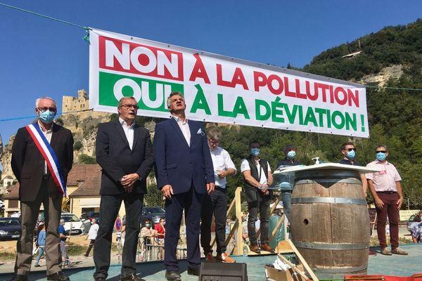 Le président du département de la Dordogne Germinal Peiro et le député béarnais Jean Lassalle lors de la mobilisation en faveur de la déviation de Beynac dimanche 13 septembre.