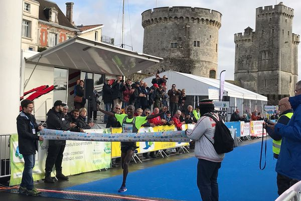 """Emmanuel Oliaulo remporte le marathon de La Rochelle 2019 en 2h8'22"""""""