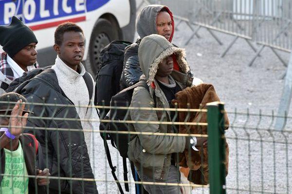 Des jeunes migrants s'apprêtant à rejoindre les centres d'hébergement de France.