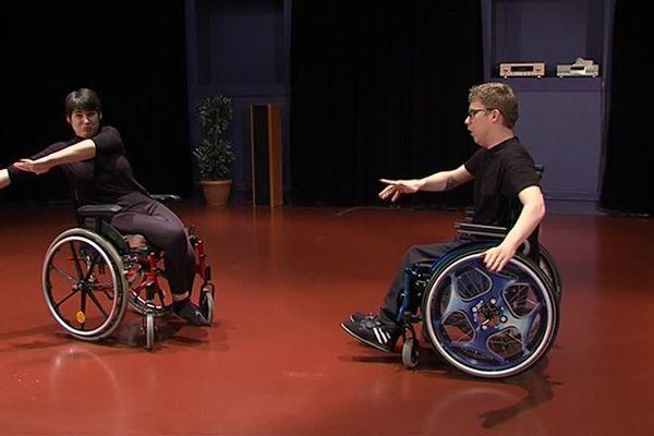 Même le fauteuil roulant n'est pas un frein à la danse.