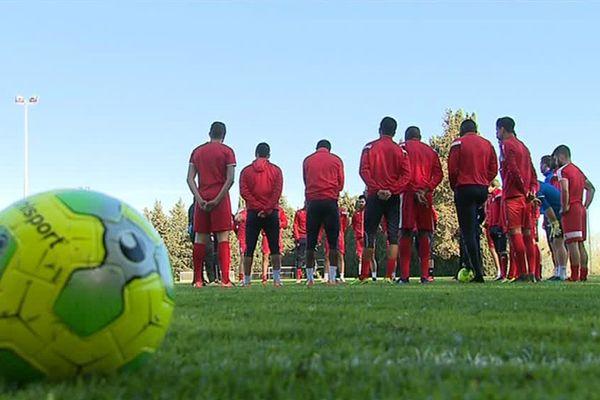 Les footballeurs du Nîmes Olympique à l'entraînement - illustrations -