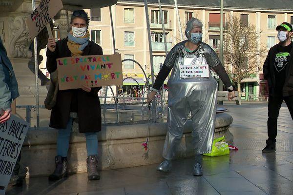 Des dizaines d'acteurs de la cultures se sont retrouvées, ce mardi 15 décembre devant l'Hôtel de ville d'Evreux, pour protester contre la fermeture prolongée des salles de spectacle et cinémas.