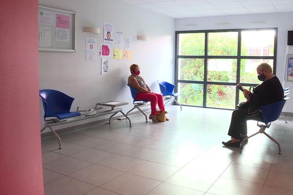 Des patients dans la salle d'attente d'un cabinet médical, septembre 2020