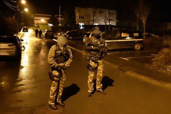 Un cordon de sécurité a rapidement été mis en place autour du bâtiment de la gendarmerie à Dieuze (Moselle). Il l'était toujours à la tombée de la nuit.