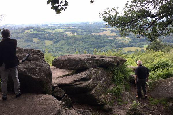 Le panorama est impressionnant depuis le site de la roche branlante à plus de 600 m d'altitude