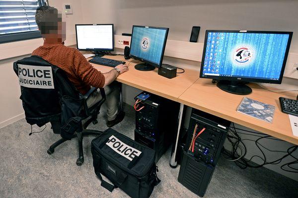 """Installée dans le 3e arrondissement de Lyon, la brigade spécialisée dans la cybercriminalité. Les affaires du type """"arnaque au président"""" demandent une coopération internationale """"compliquée"""", selon la Police Judiciaire."""