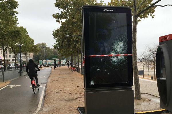 L'écran vidéo JC Decaux quai Augagneur à Lyon a subi des dégradations la nuit du 30 octobre