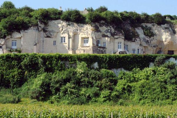A Turquant, dans le Maine-et-Loire, les maisons troglodytes font face aux vignes.