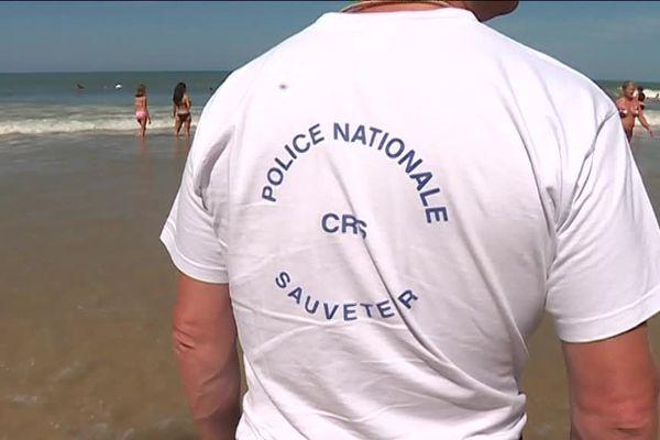 Les CRS sauveteurs et les MNS interviennent une vingtaine de fois par jour sur la plage centrale de Lacanau, en Gironde.