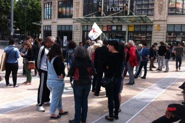 Une centaine d'étudiants rassemblès ce jeudi matin place de Catalogne à Perpignan.