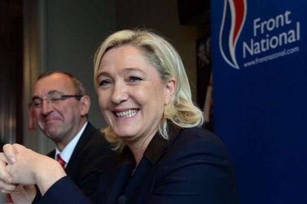 Marine Le Pen, présidente du Front National avec Gilles Pennelle, chezf de file du FN en Bretagne - Fougères - Octobre 2013