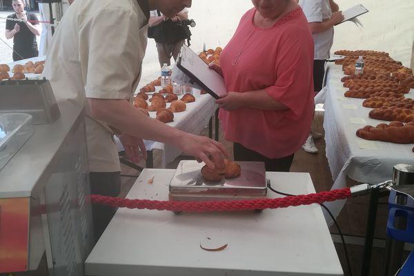 Le jury pèse les croissants afin de s'assurer qu'ils respectent les critères du concours.