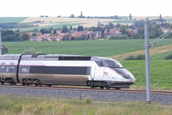 Un train TGV sur la ligne à grande vitesse Est