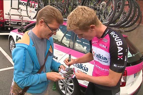 Félix Pouilly, coureur professionnel de l'équipe de Roubaix, signe un autographe