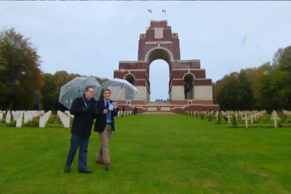 Hervé François Directeur de l'Historial de la Grande Guerre et Jean-Paul Delance au mémorial britannique de Thiepval