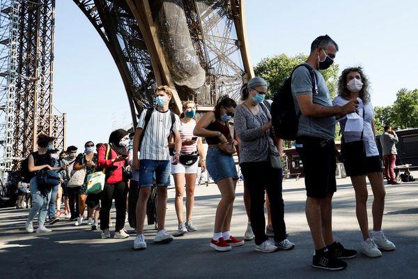 Des touristes attendant de pouvoir visiter la Tour Eiffel (photo d'illustration).