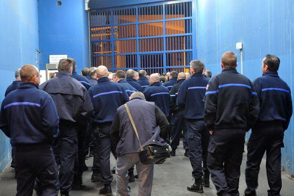 Fouille generale de la prison avec plus de 100 gardiens venus en renfort avec serruriers à 5h50 du matin.