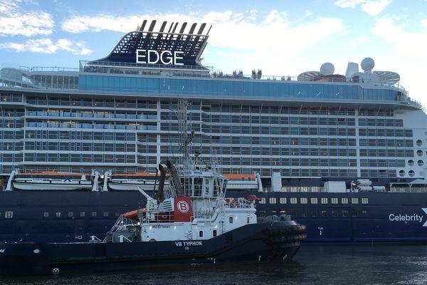 Le Celebrity Edge accompagné dans sa manoeuvre par un remorqueur du port de Saint-Nazaire