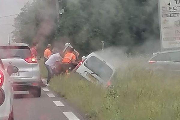 Tarbes - des employés du Symat au secours d'une victime d'un accident de la route bloquée dans sa voiture - 3 juin 2021.