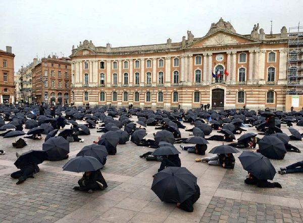 """""""Performance revendicative et artistique"""" des commerçants, place du Capitole à Toulouse, Novembre 2020"""