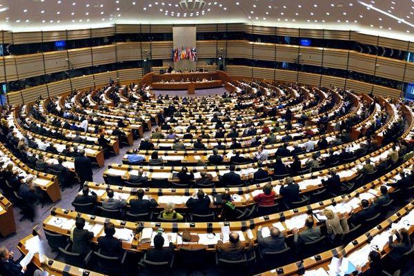Vue panoramique du parlement européen de Bruxelles lors d'une session de travail.