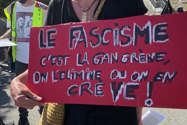"""Un manifestant, pancarte à la main, à la """"Marche des libertés"""" à Tulle, samedi 12 juin 2021."""