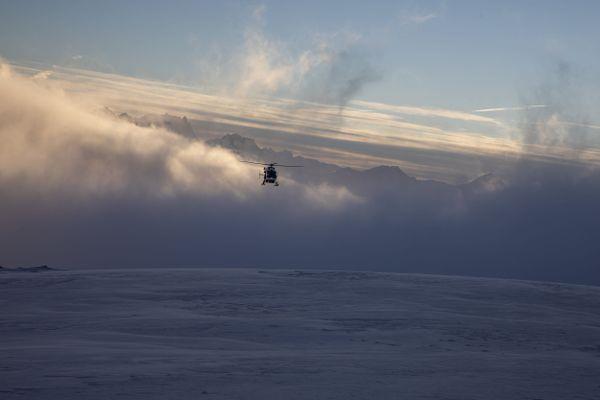 L'hélicoptère du PGHM de Modane lors d'une avalanche en Maurienne en Savoie le 5 février 2020.