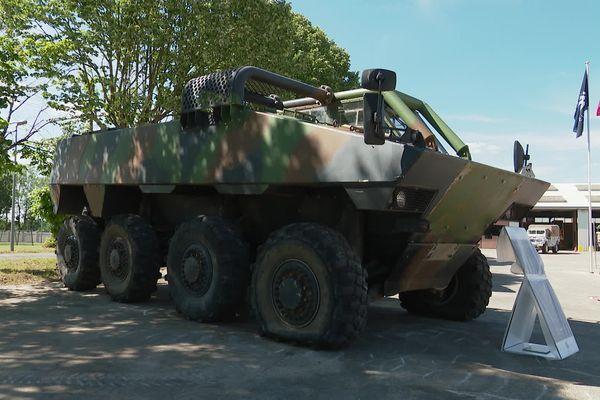 Le V.L.R.A. , véhicule léger de reconnaissance et d'appui (VLRA) est un véhicule routier tout terrain, aérotransportable et parachutable, destiné au transport de personnel ou de matériel dans les unités d 'outre-mer. (Ministère des Armées)