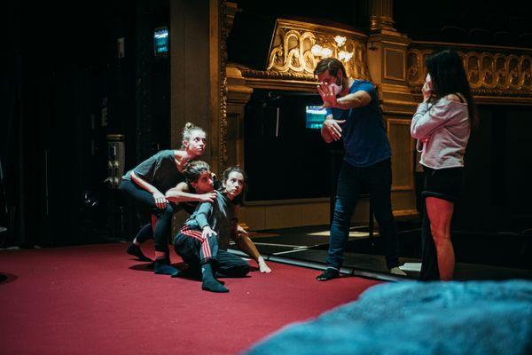 """Le metteur en scène Julien Ostini en pleine répétition de la nouvelle production d'Angers Nantes Opéra """"Iphigénie en Tauride"""""""