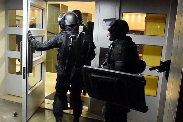 des policiers du raid lors d'une intervention à Toulouse le 19 avril 2016