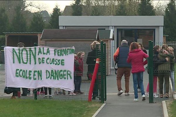 Des parents et élus mobilisés à St Julien le Faucon dans le Pays d'Auge.