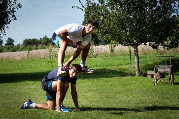 Yann Schweitzer (à genoux) et Adrien Reinwalt sauteront, à tour de rôle, l'un au-dessus de l'autre pour tenter de réaliser 20.000 sauts en 24h.